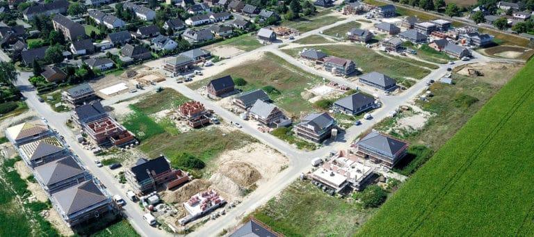 Neubaugebiet mit Häusern
